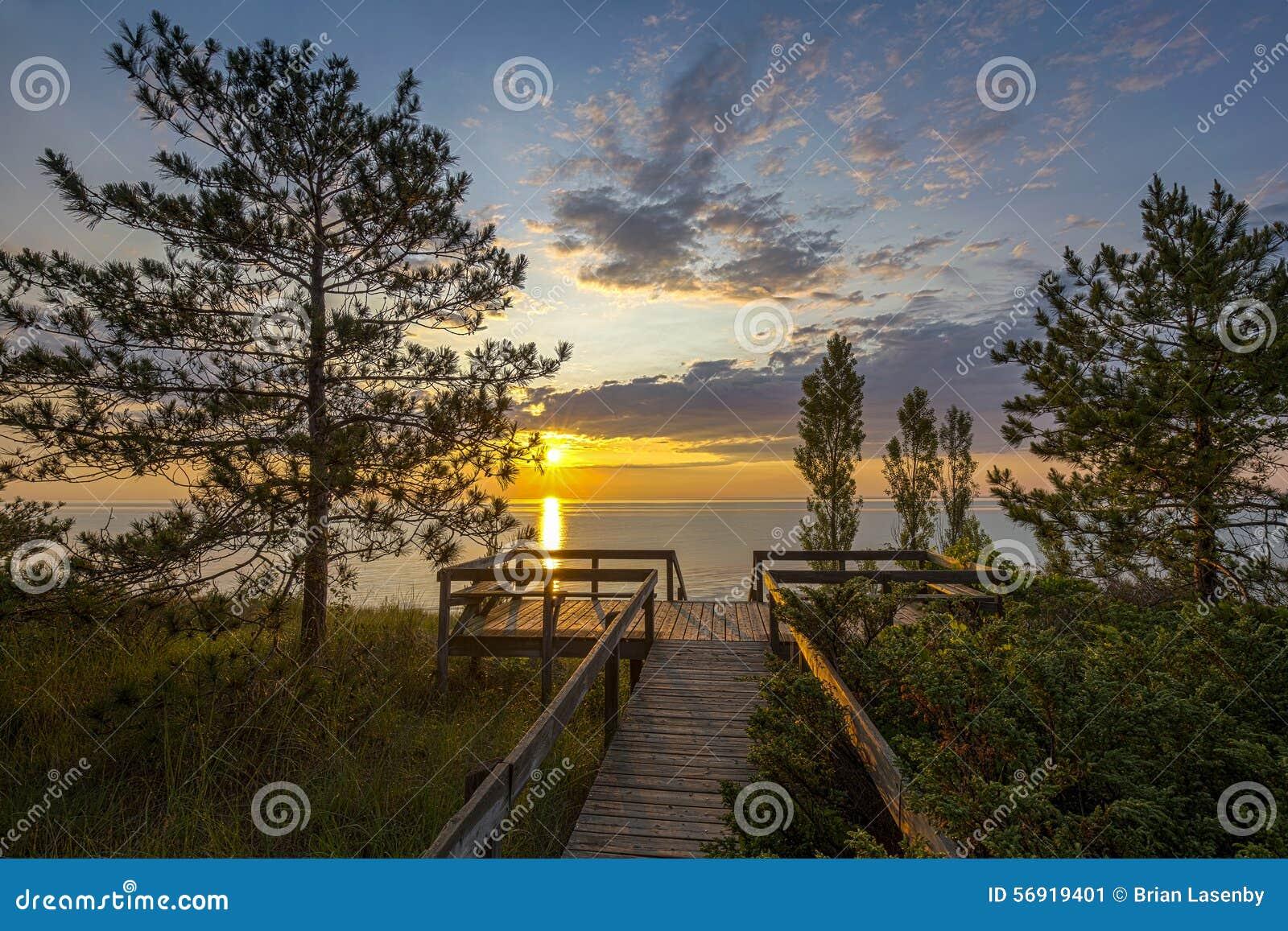 Huron λιμνών θαλάσσιος περίπατος στο ηλιοβασίλεμα