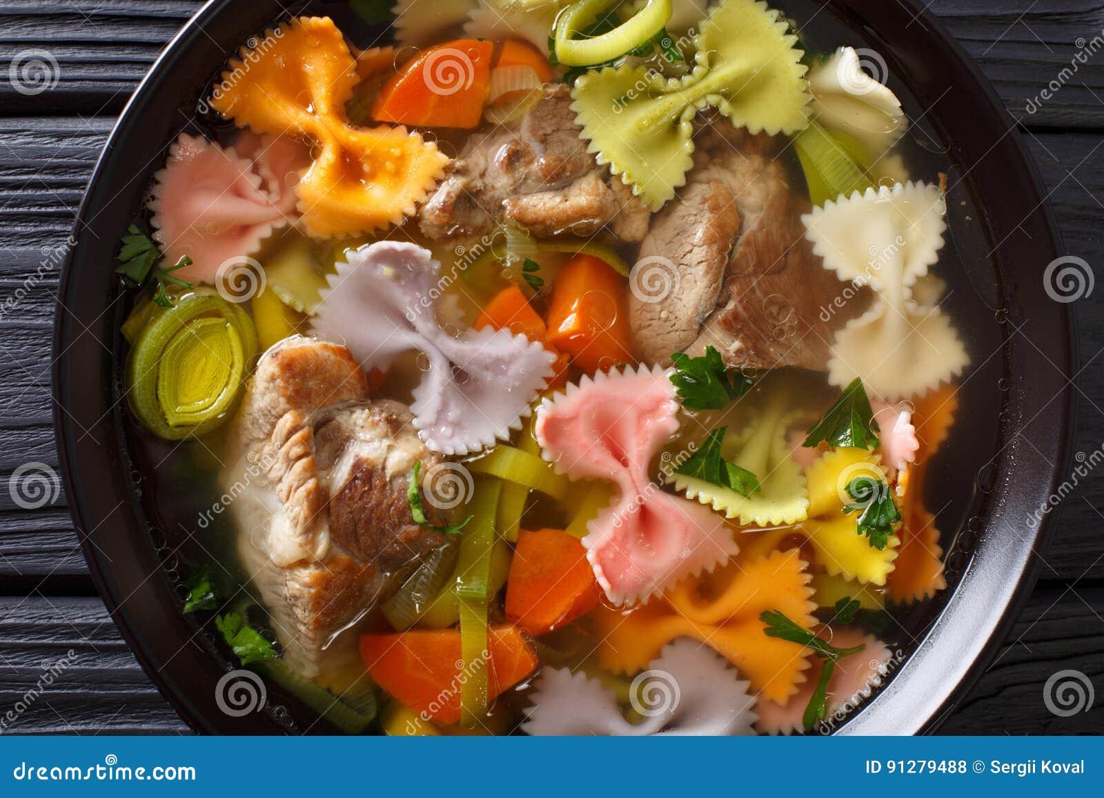 Hurtig köttsoppa, med kulöra farfallepasta- och grönsakclo