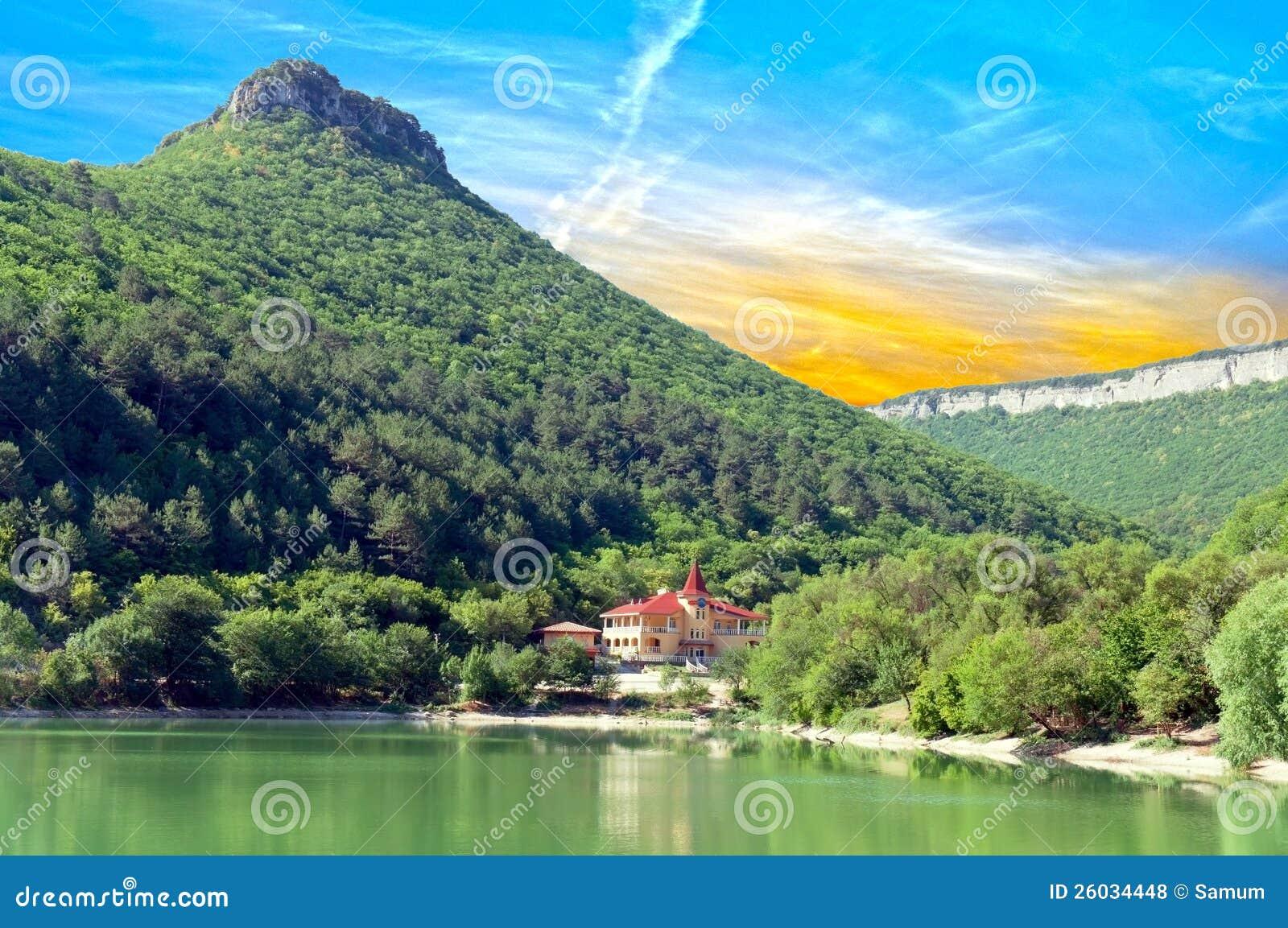 Hus ashore lake