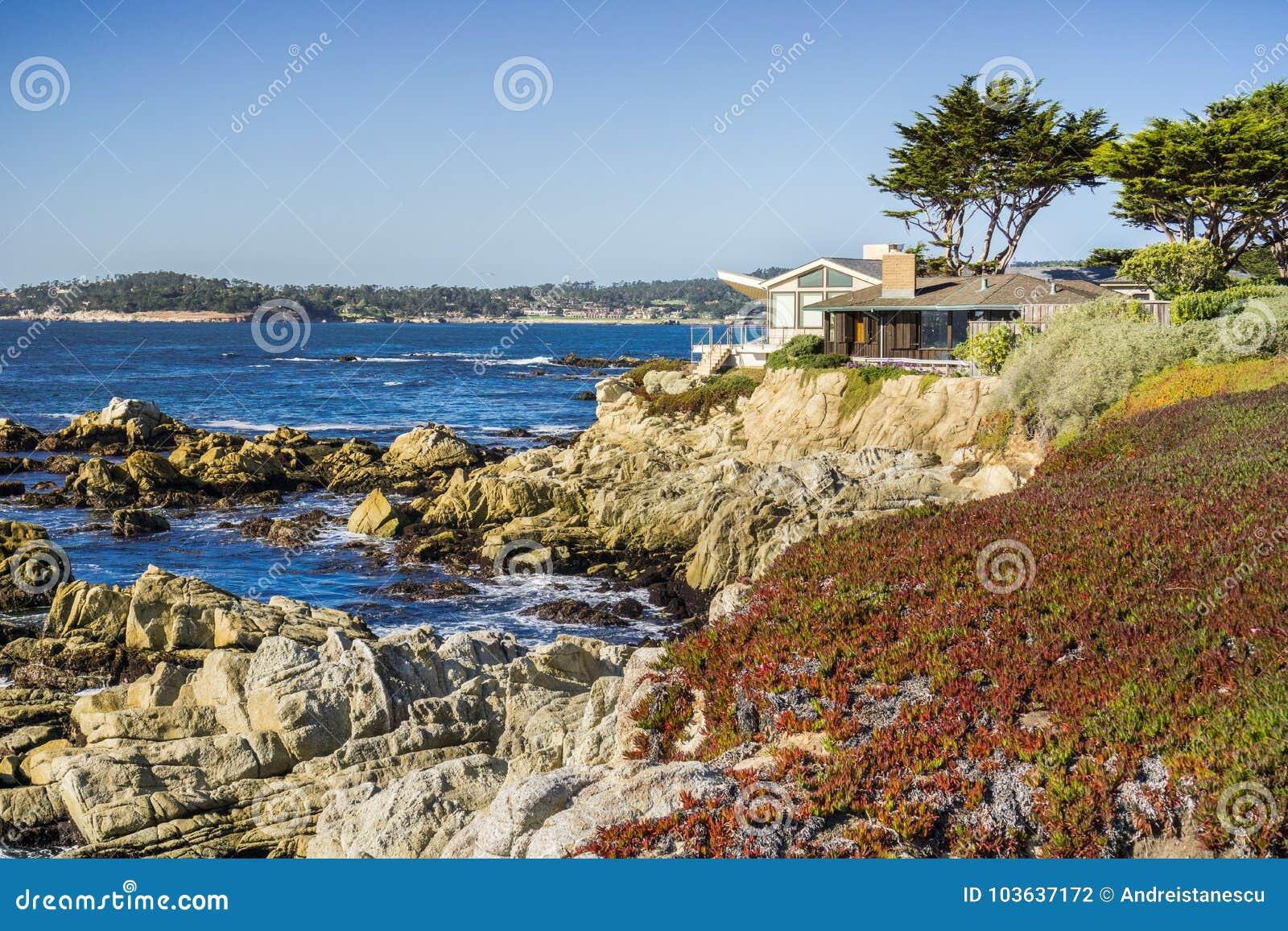 Hus bygger på klipporna halvön på för Stilla havet, Carmel-vid--havet, Monterey, Kalifornien