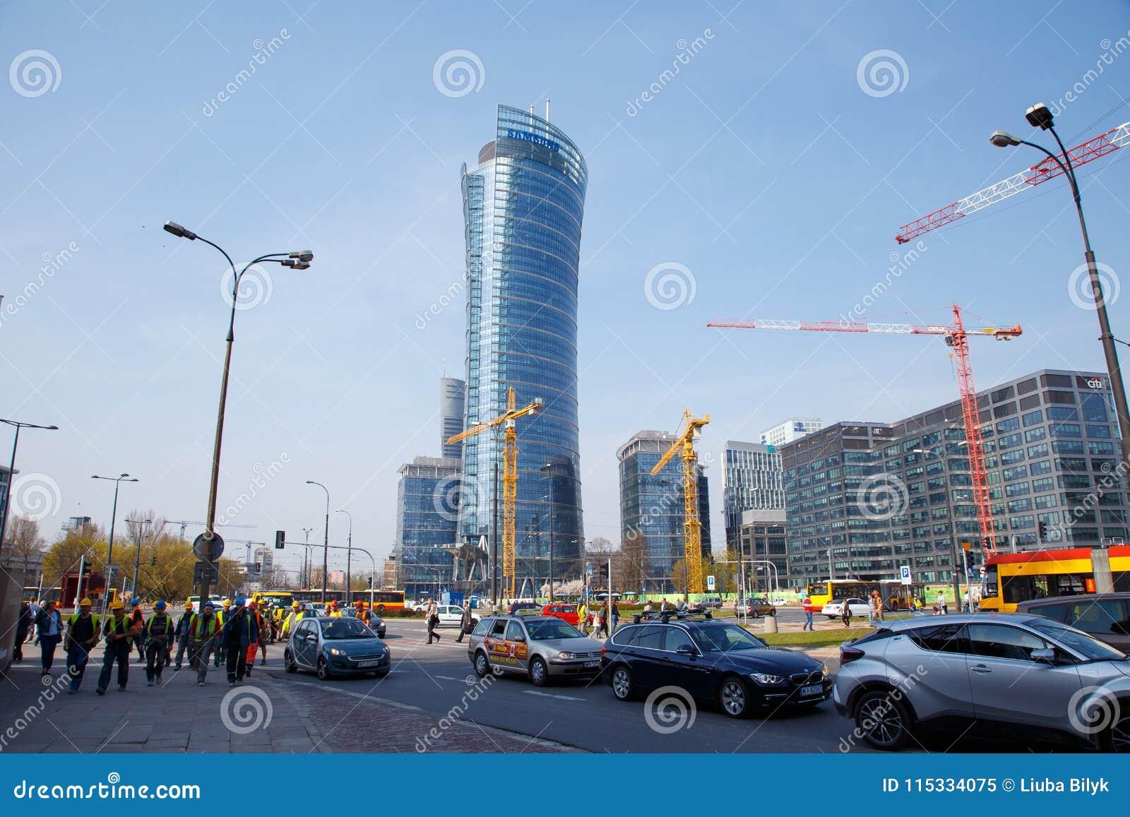 Hus för byggande för konstruktionskranar i en storstad natt Warszawatornspira Warszawa Stad poland