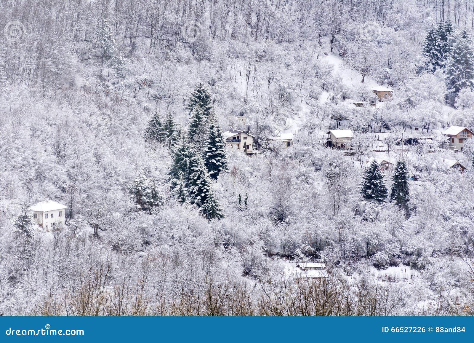 Hus i det härliga vinterberget