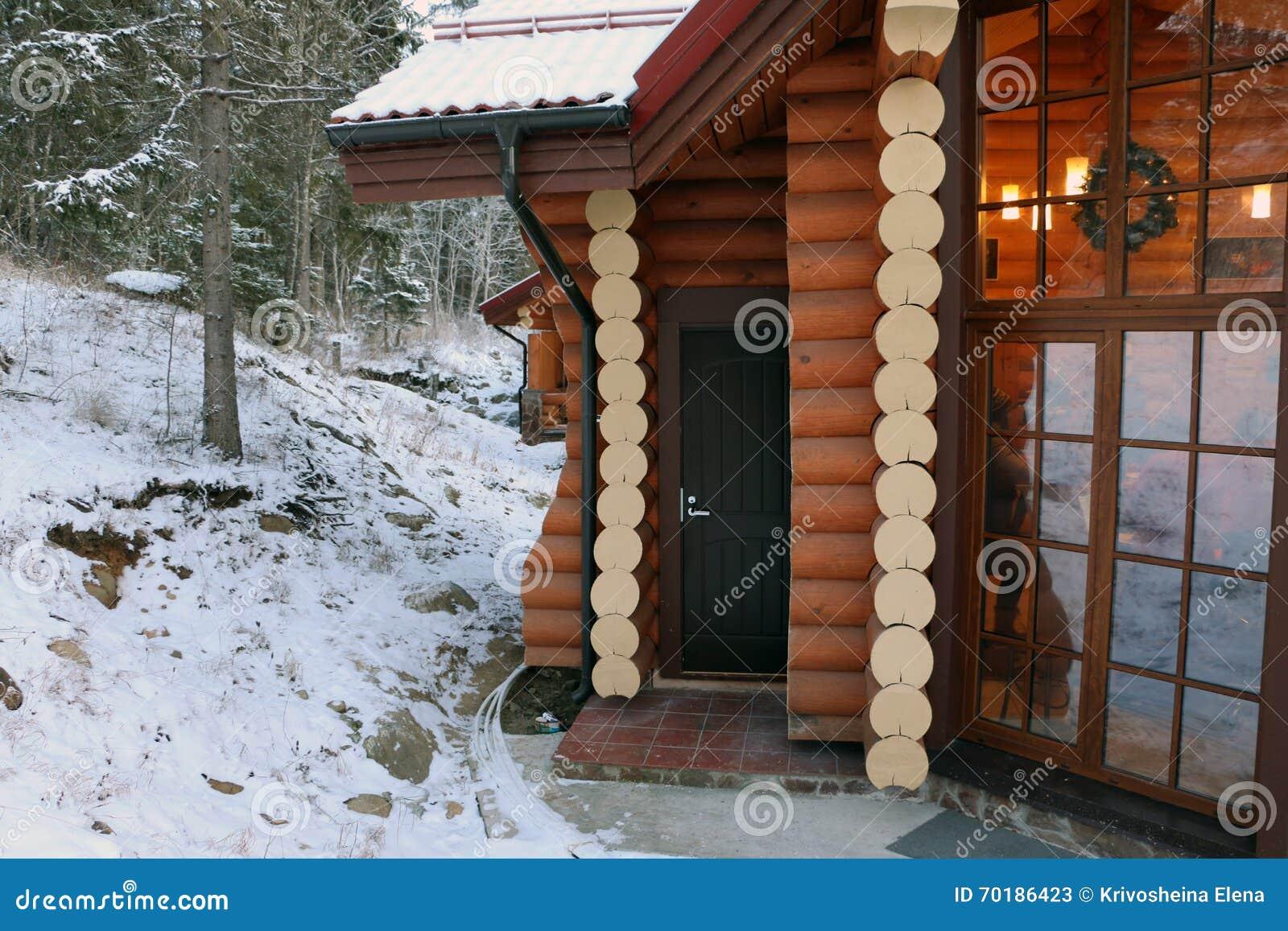 Hus i en by i vinter