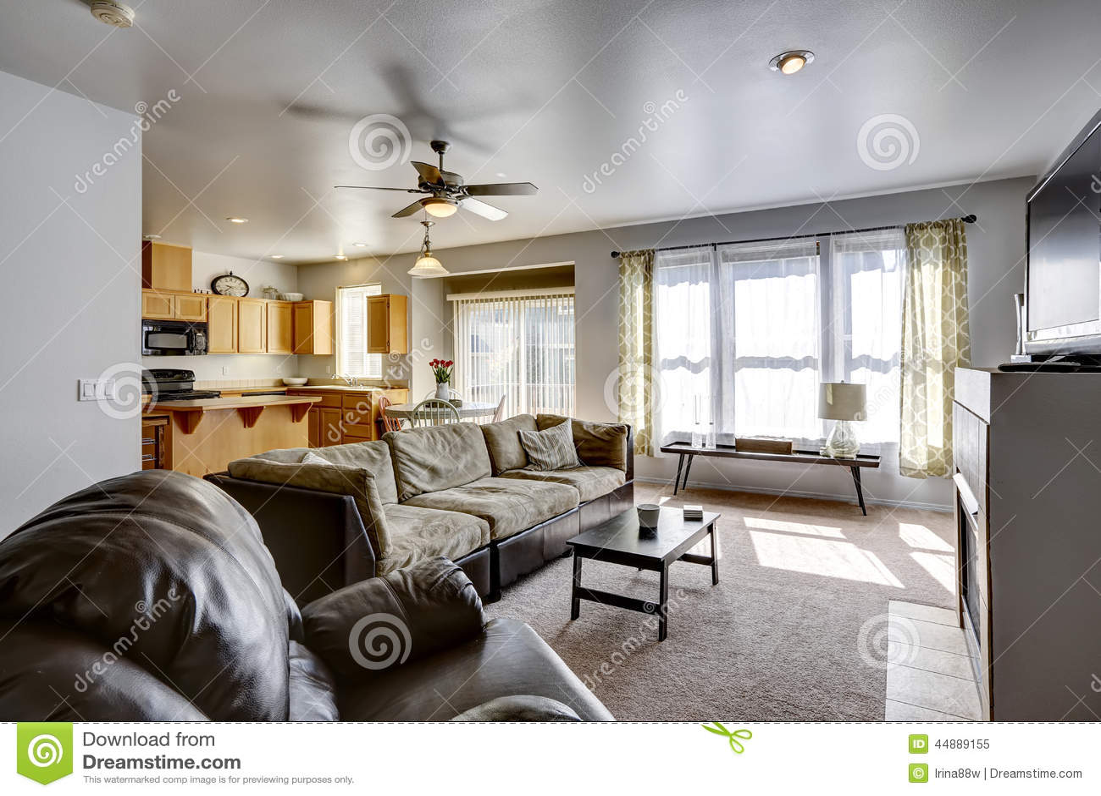 Hus med plan för öppet golv område för familjrum och kök arkivfoto ...