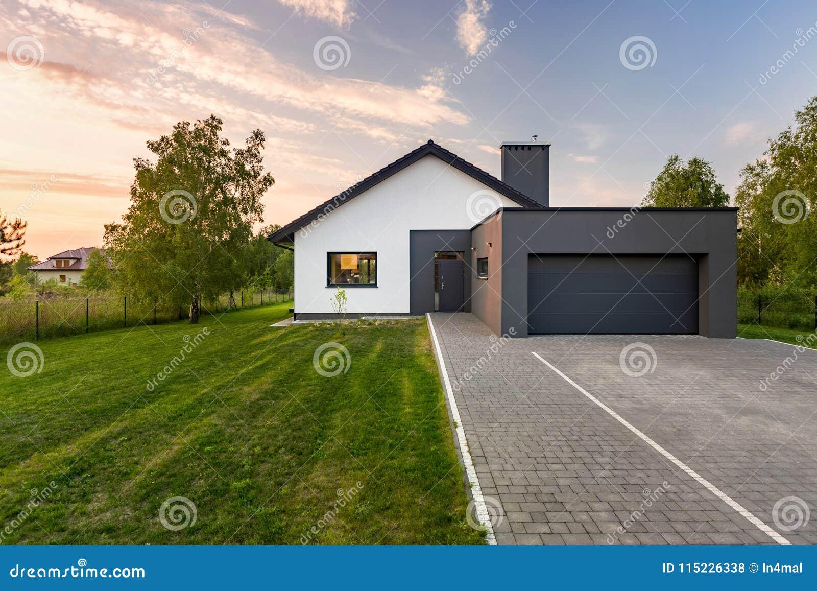 Hus med trädgården och garaget