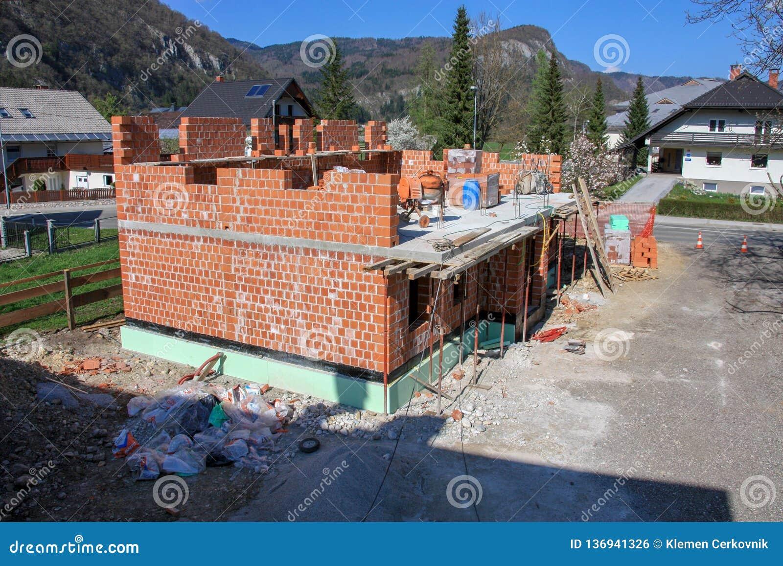 Hus som byggs med tegelstenar