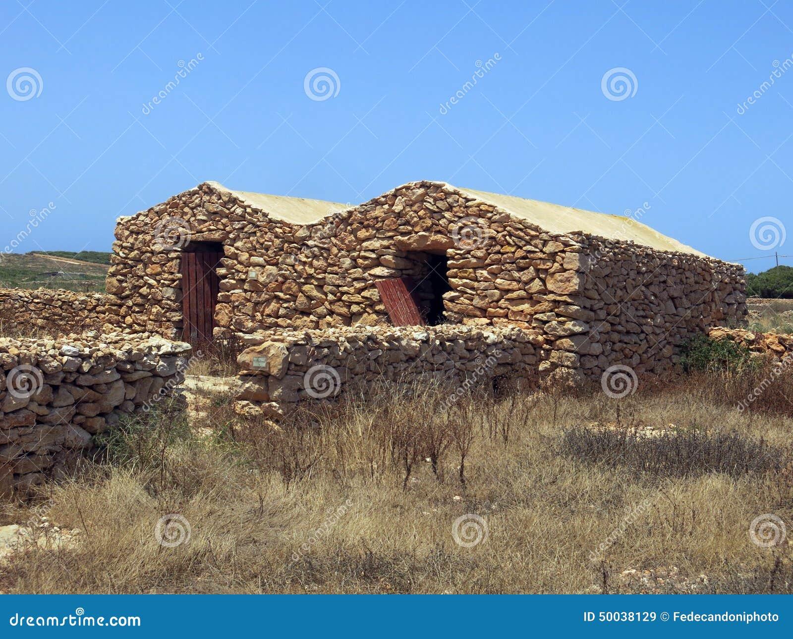 Hus som göras av stenen i Lampedusa