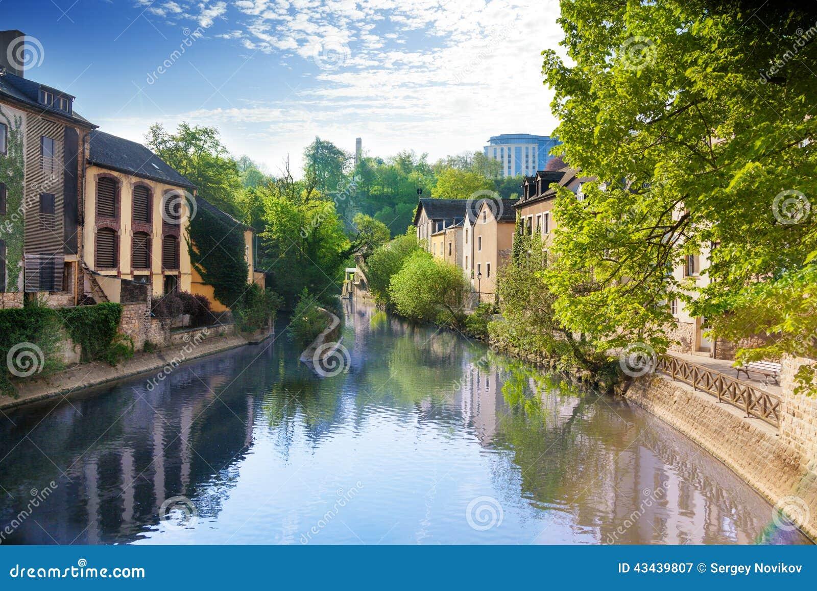 Hus som reflekterar i den Alzette floden, Luxembourg