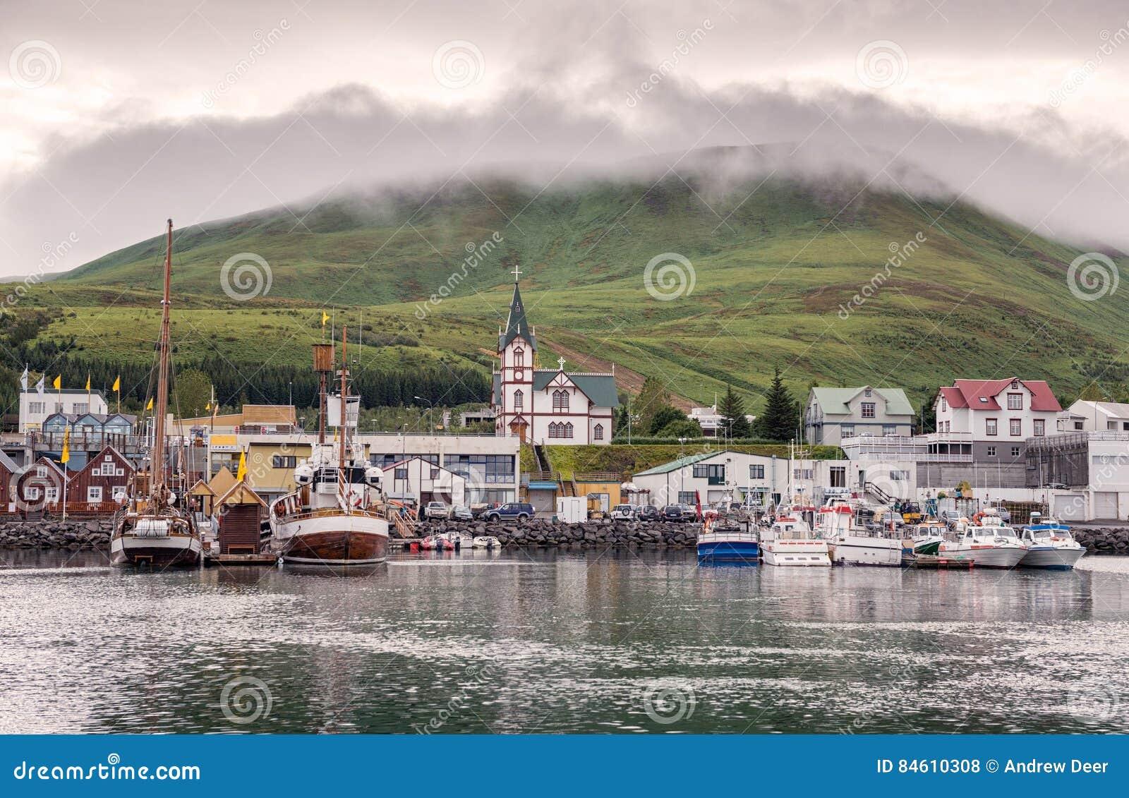 Husavik, Islande - les bateaux de pêche ont amarré au port à la lumière tamisée
