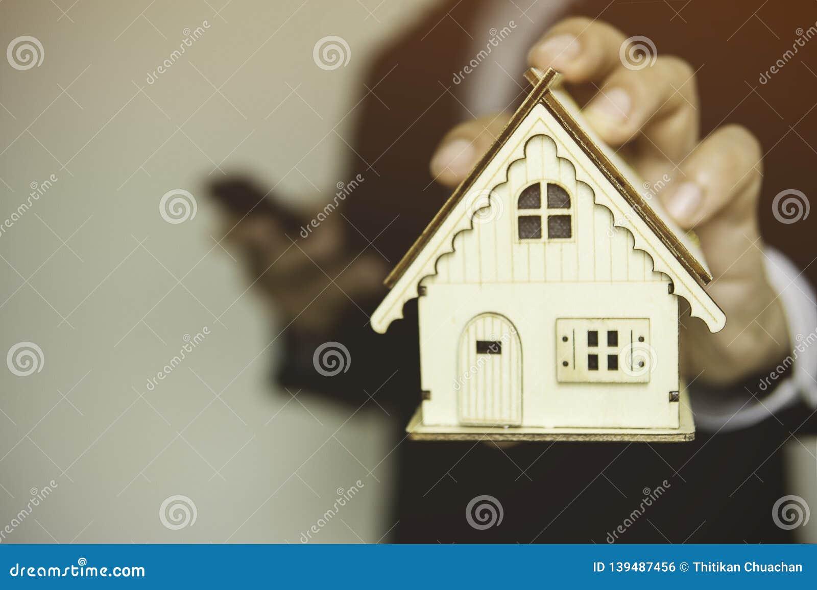 Huset föreställer förestående planläggning för att finna hus- eller sparandepengar för att köpa huset