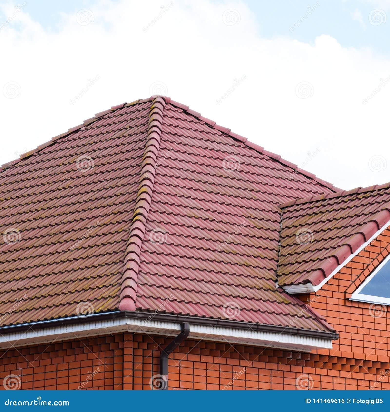 Huset med ett tak av klassiska tegelplattor