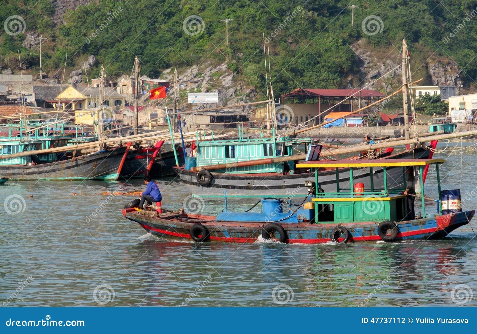 Husfartyg i mummel skäller länge nära den Cat Ba ön, Vietnam