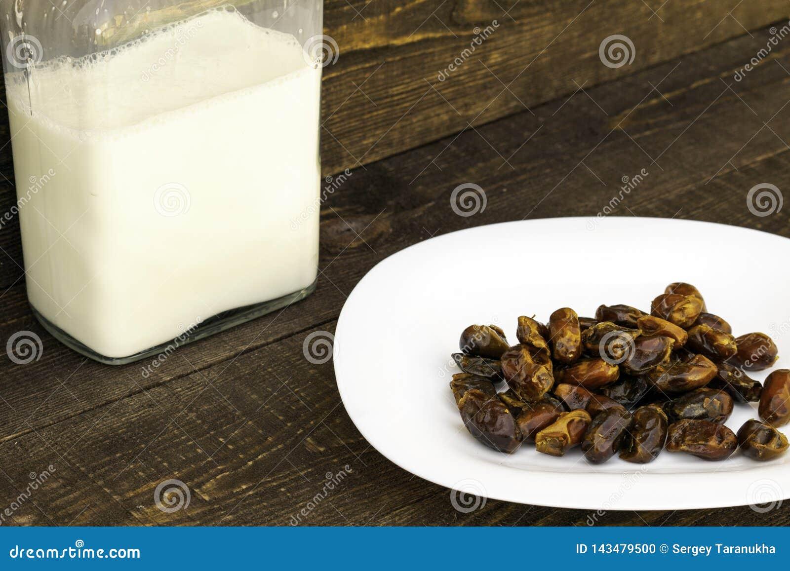Hushaf - datumet mj?lkar, en traditionell matr?tt till Ramadan, matlagning, ingredienser, data i en platta och mj?lkar i flaskor