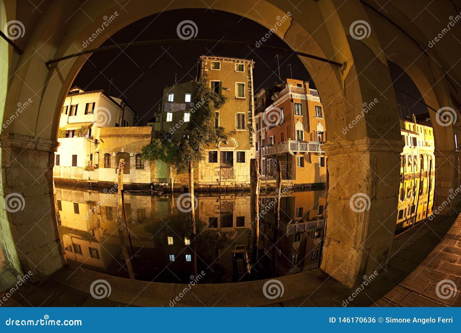 Husreflexion i kanalvenaen Chioggia Venedig, Italien