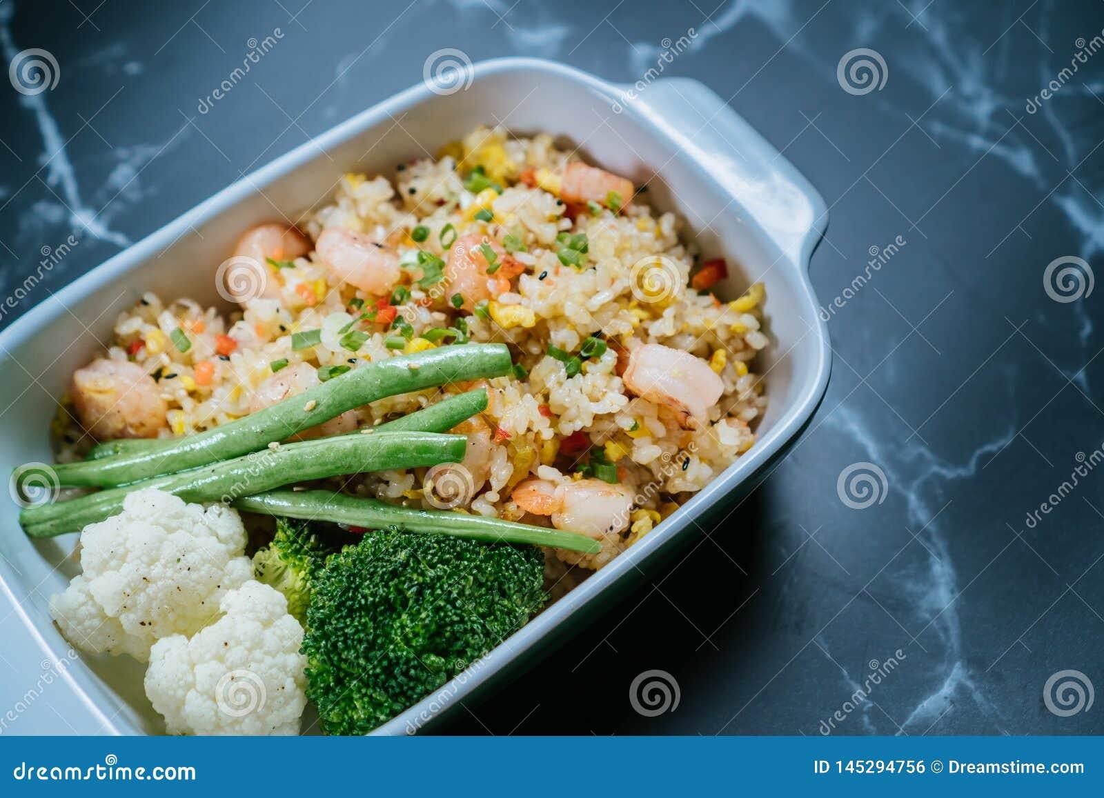 Husrisuppläggningsfat med grönsaker på ris i kocks speciala sås