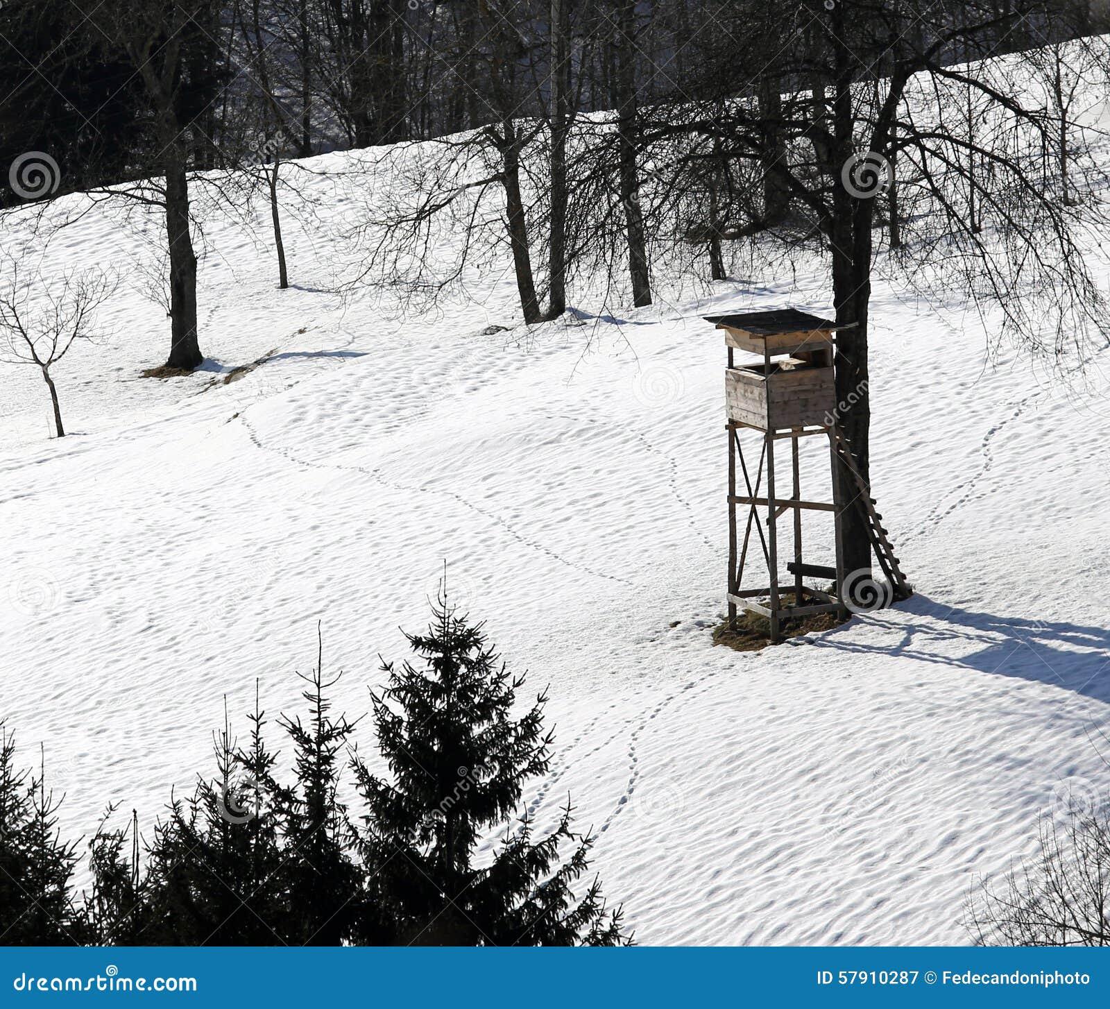 Hut Van Jager In De Bergen Met Sneeuw Stock Afbeelding Afbeelding