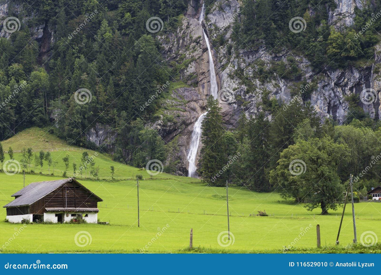 Hutte dans les montagnes Horizontal alpestre de montagne Été dans Swis