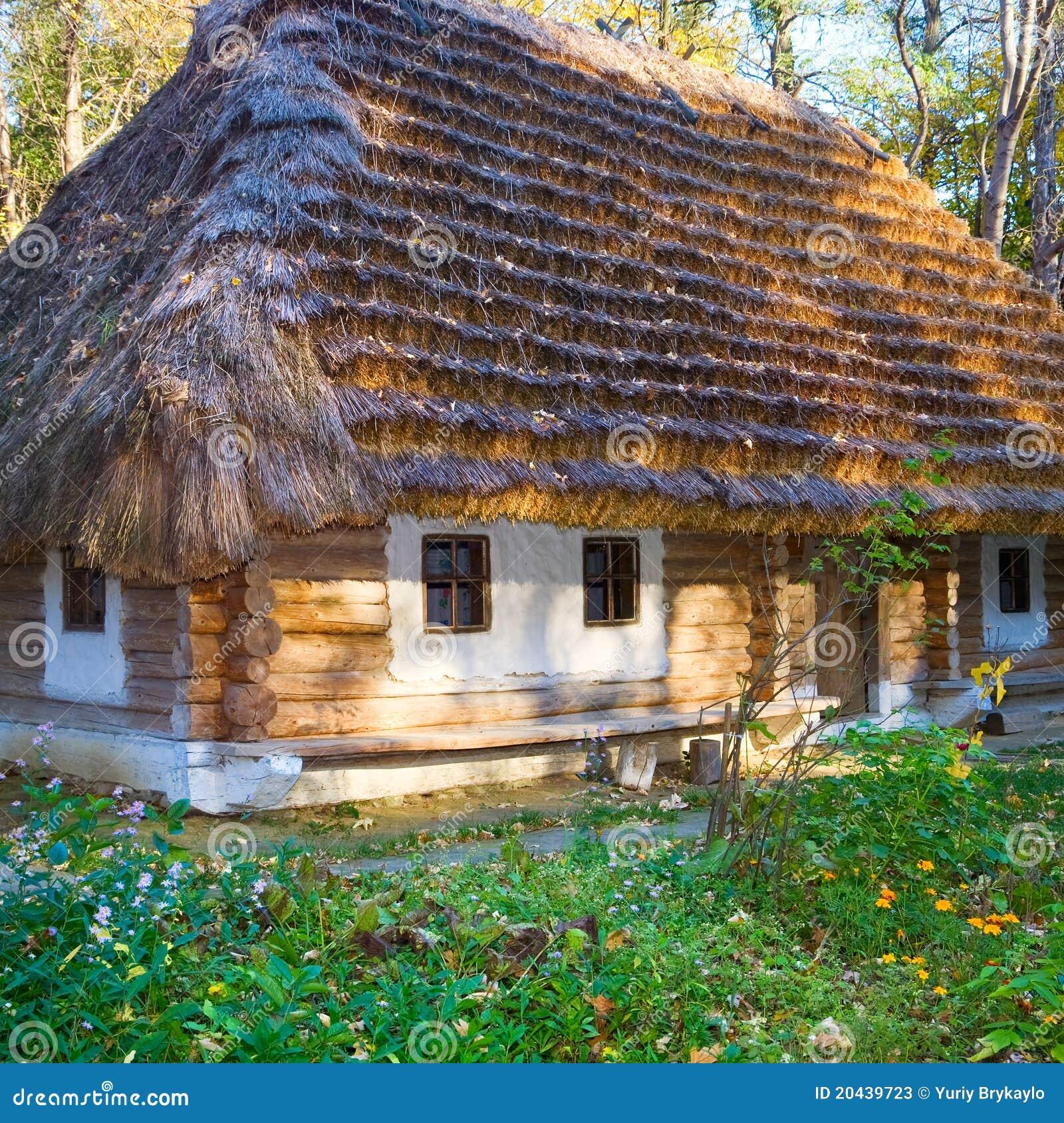 hutte en bois de pays historique avec le toit couvert de chaume image stock image du. Black Bedroom Furniture Sets. Home Design Ideas