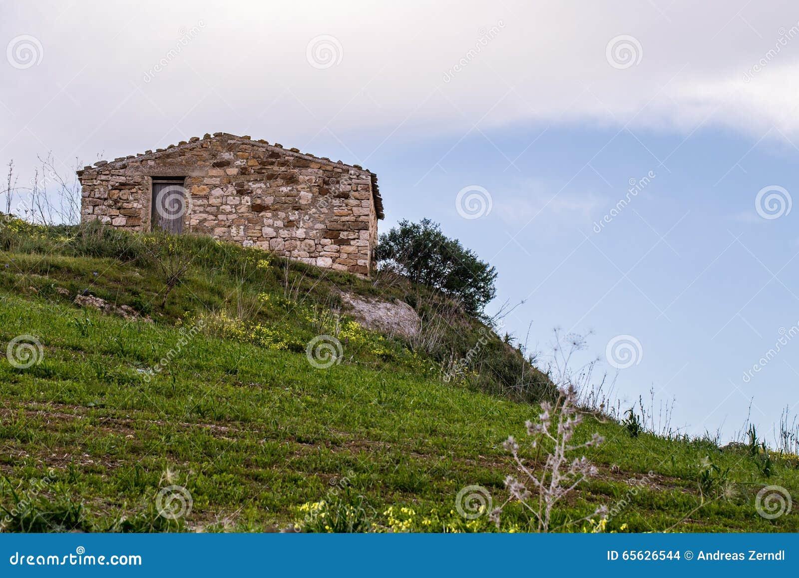 Hutte en pierre sur le flanc de coteau, Sicile, Italie
