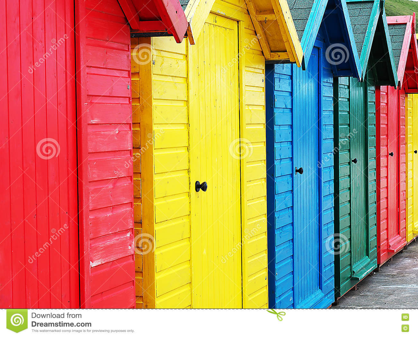 Huttes colorées de plage en Angleterre