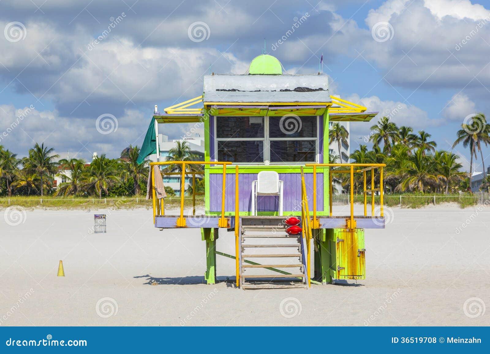 Huttes de plage à la plage blanche