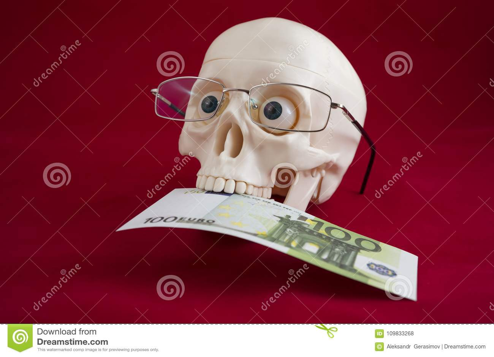 Huvud av en man med exponeringsglas, håll hundra euro i hans tänder