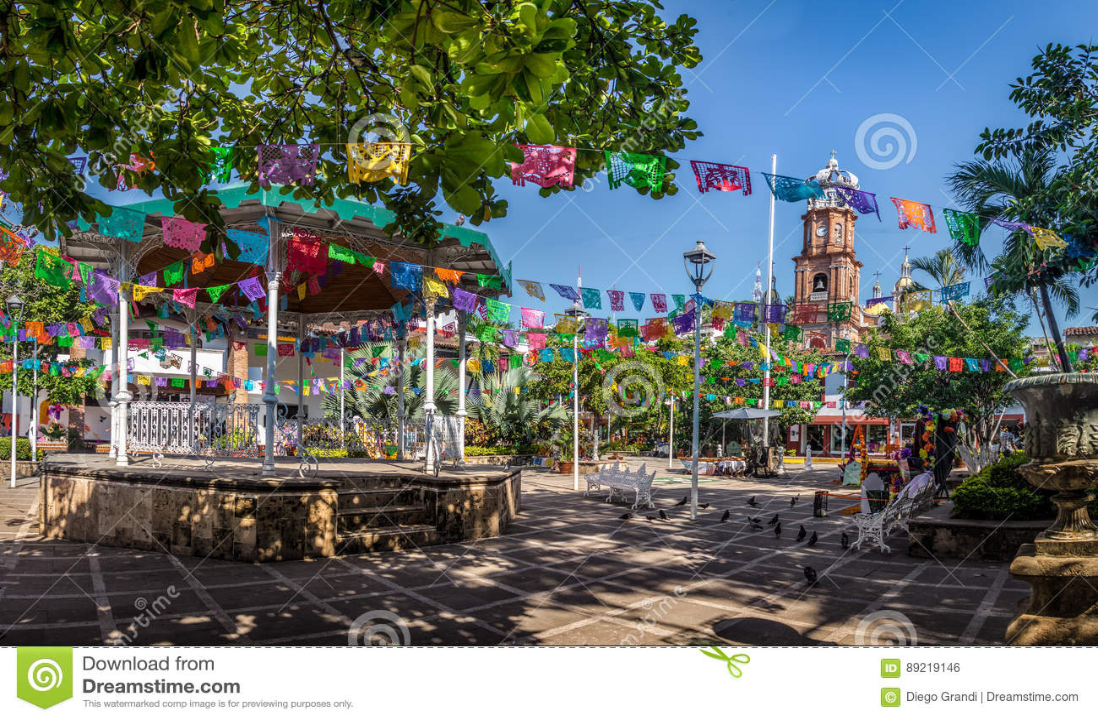 Huvudsaklig fyrkant och vår dam av den Guadalupe kyrkan - Puerto Vallarta, Jalisco, Mexico