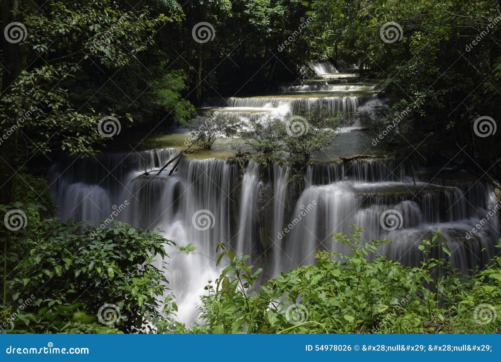 Huvudsaklig nivå av Huai Mae Kamin Waterfall i det Kanchanaburi landskapet, Thailand