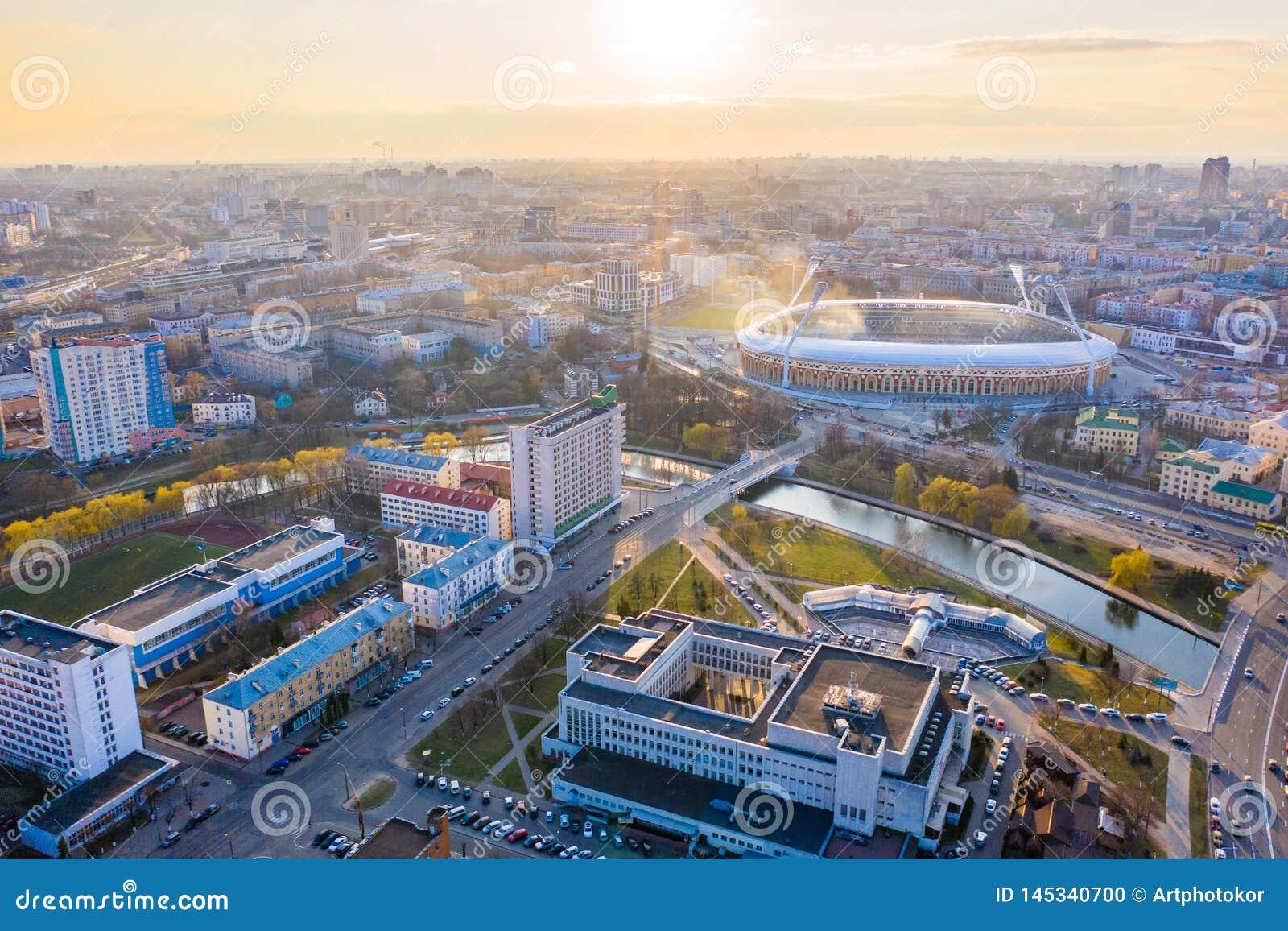 Huvudsaklig sportarena Dinamo som omges av floden Svisloch och byggnader Central stadion i Minsk