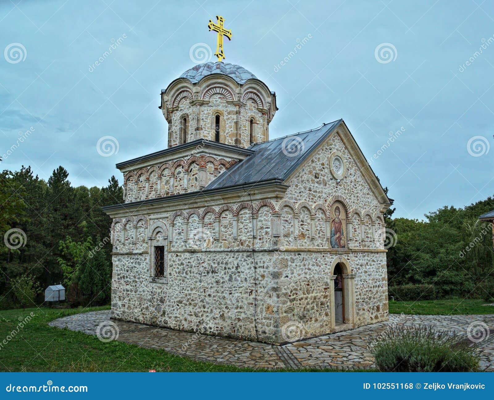 Huvudsaklig stenkyrkakloster Hopovo i Serbien