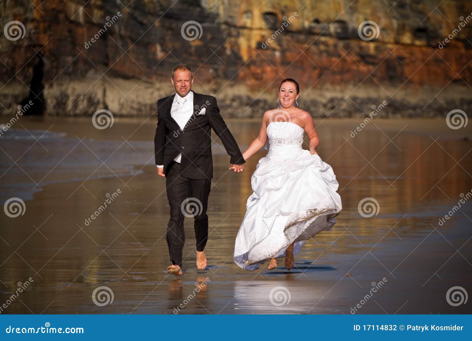 Huwelijk dat op het strand in werking wordt gesteld