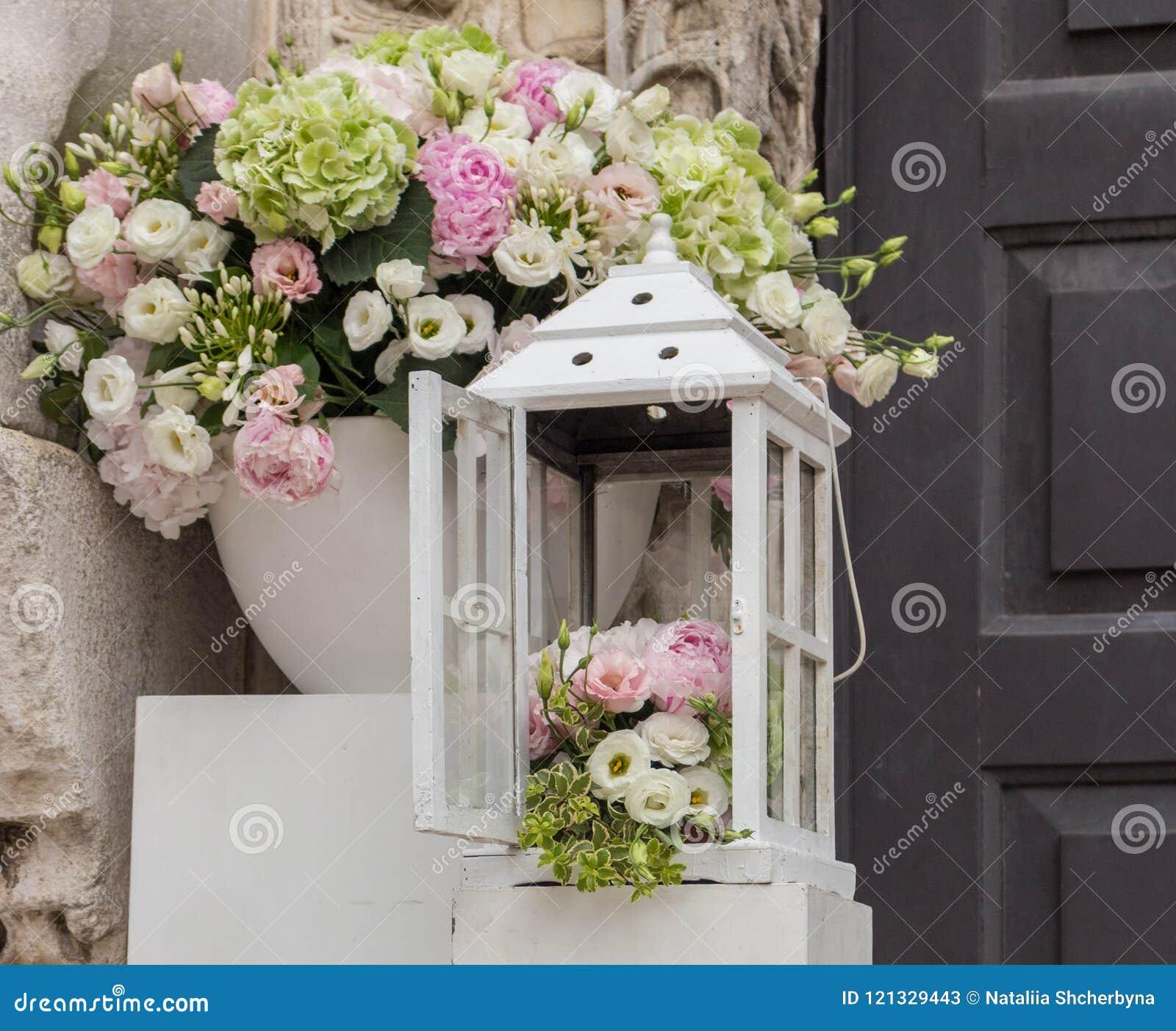 Huwelijk en huwelijksdecoratie Witte dozen met buiten bloemen Elegant Boeket Regeling en Romaanse achtergrond