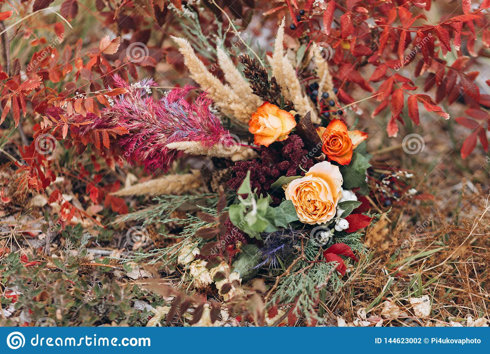 Huwelijk floristry in een gele de herfstweide