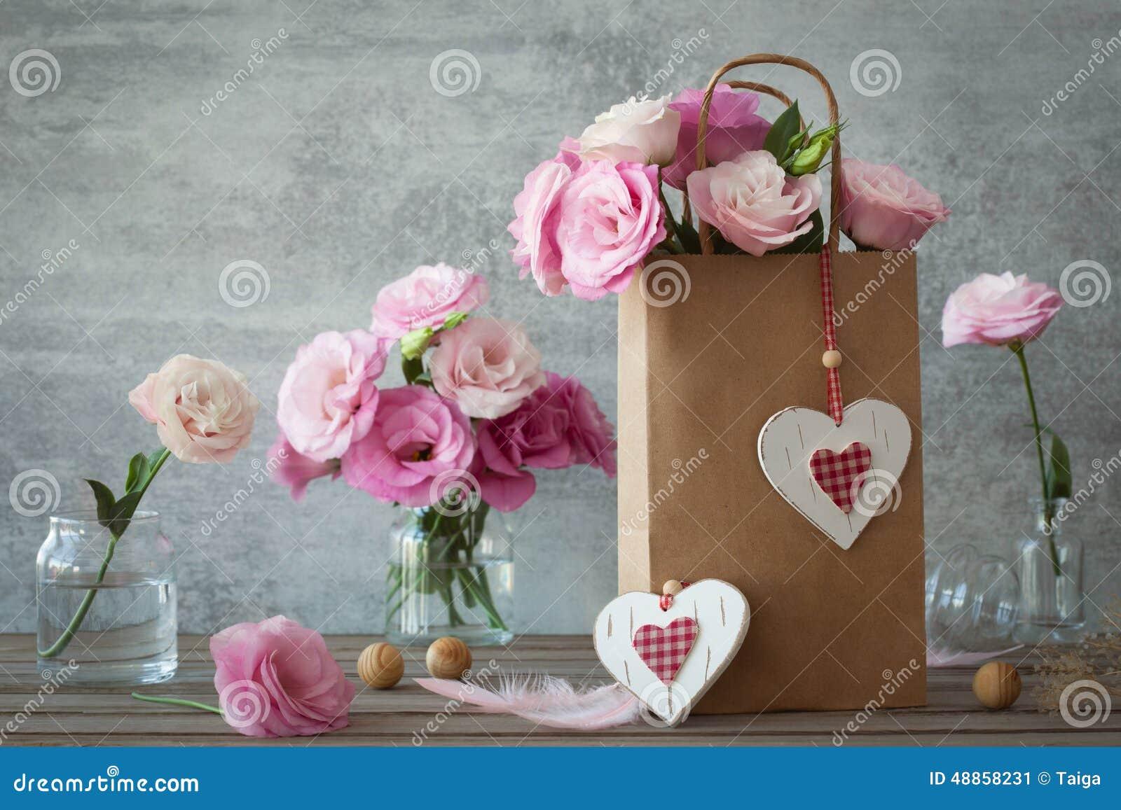 Huwelijks uitstekende achtergrond met roze bloemen en harten