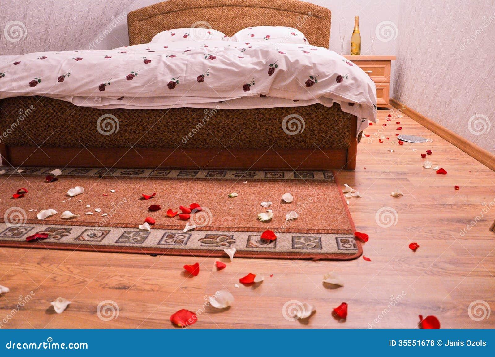 De decoratie van het bed van het huwelijk stock afbeelding ...