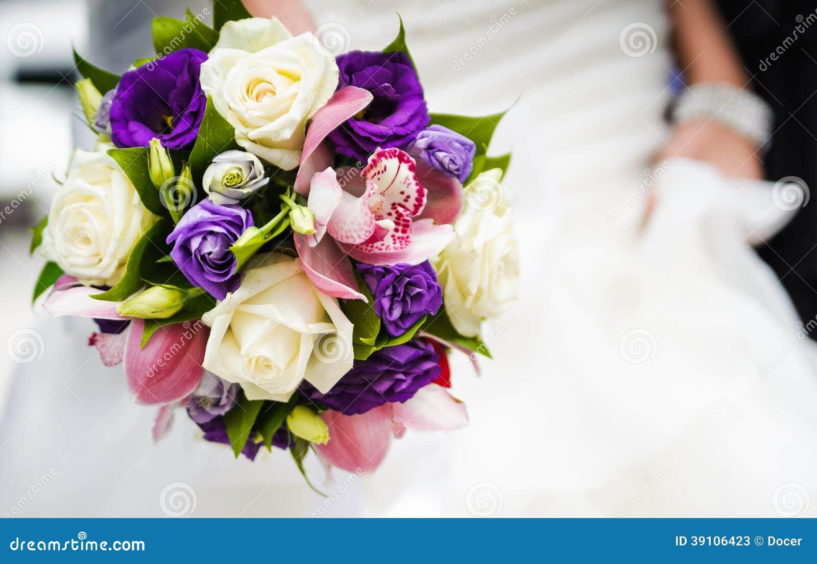 Huwelijksboeket met verschillende bloemen