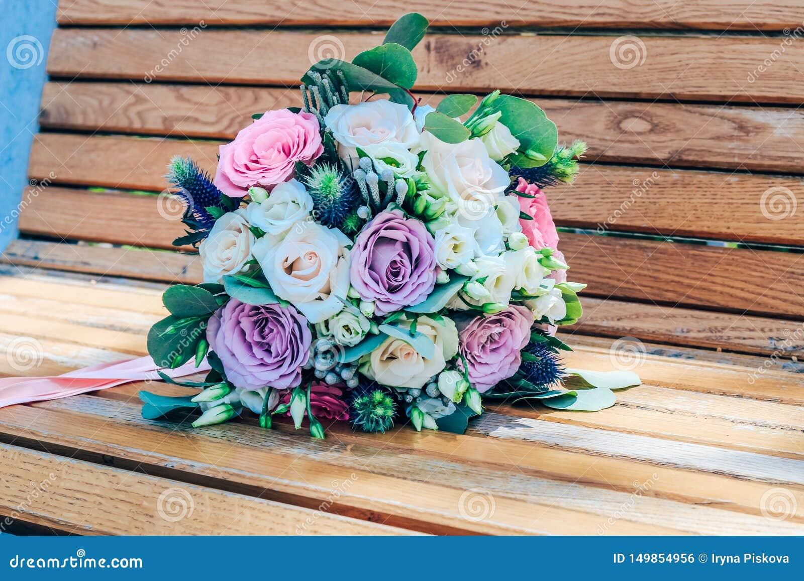 Huwelijksboeket van purpere en beige rozen en sneeuwwitte lisianthus Close-up