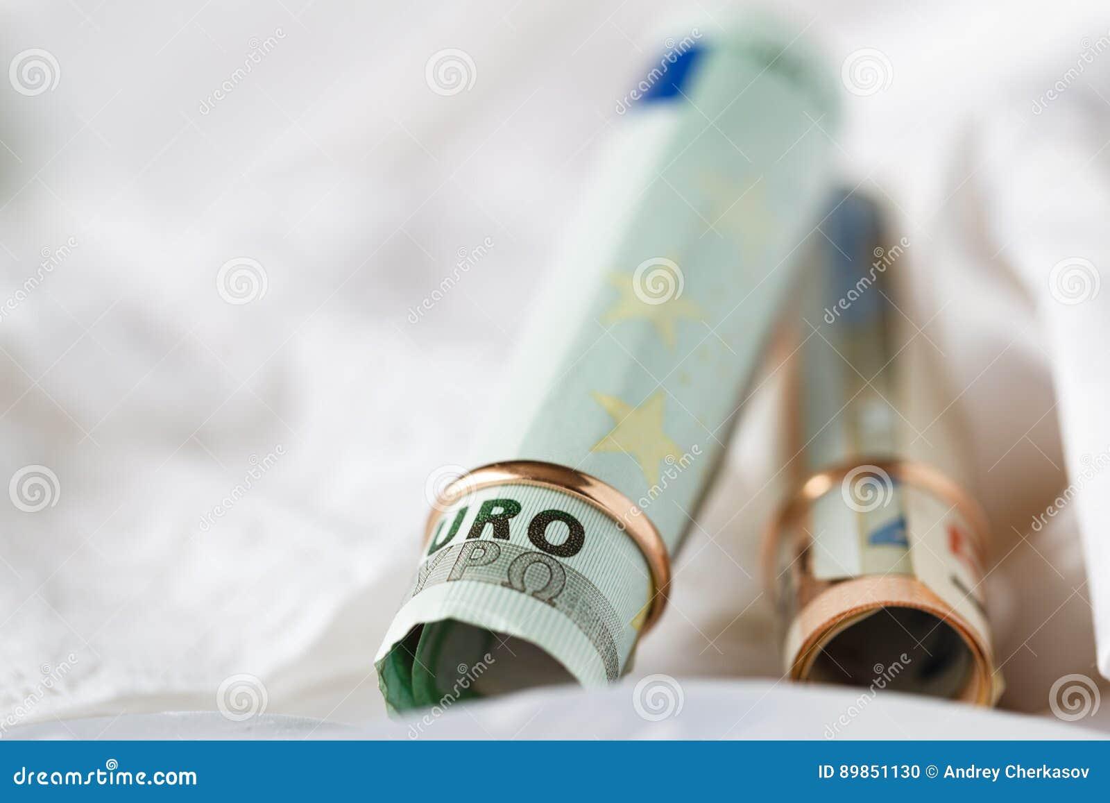 Huwelijkscontract Twee gouden trouwringen op het geld
