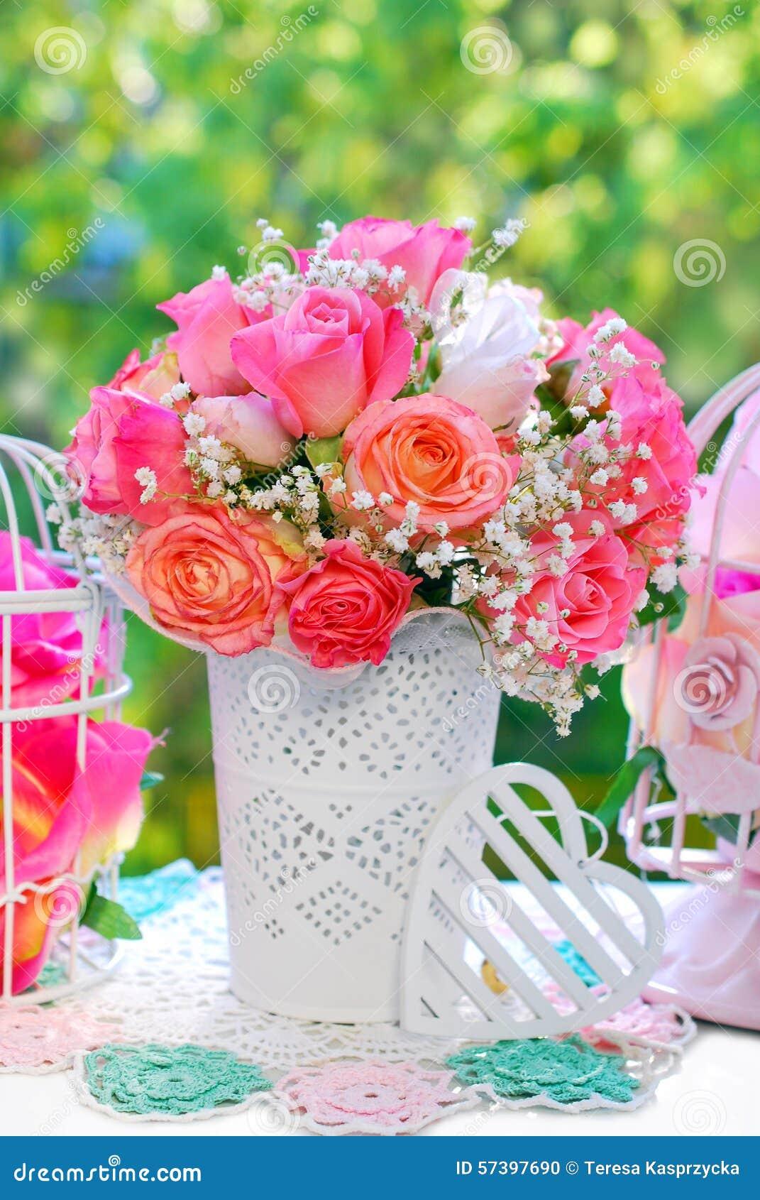 Huwelijksdecoratie met roze boeket