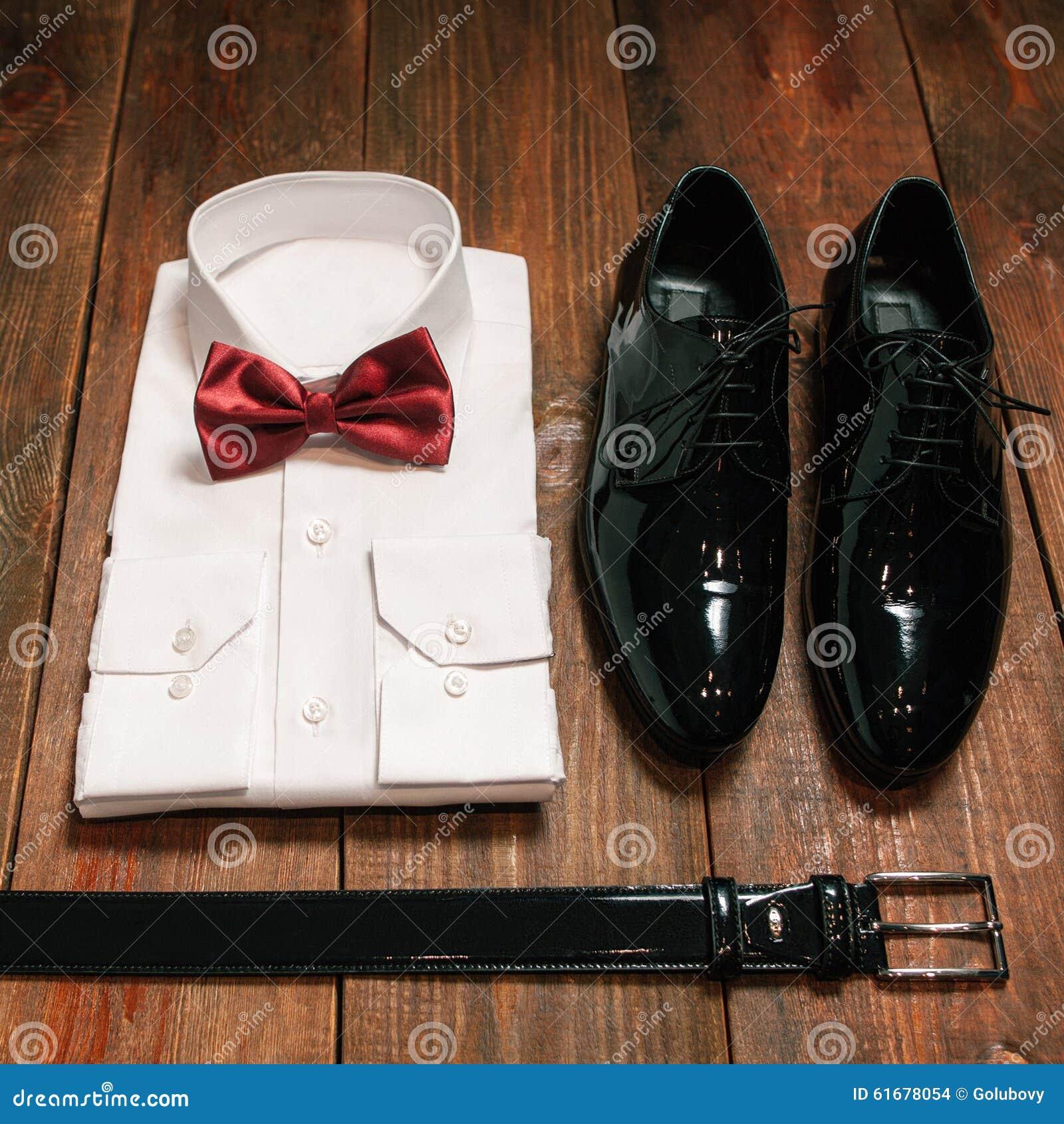 Huwelijksdoek voor de bruidegom wordt geplaatst die