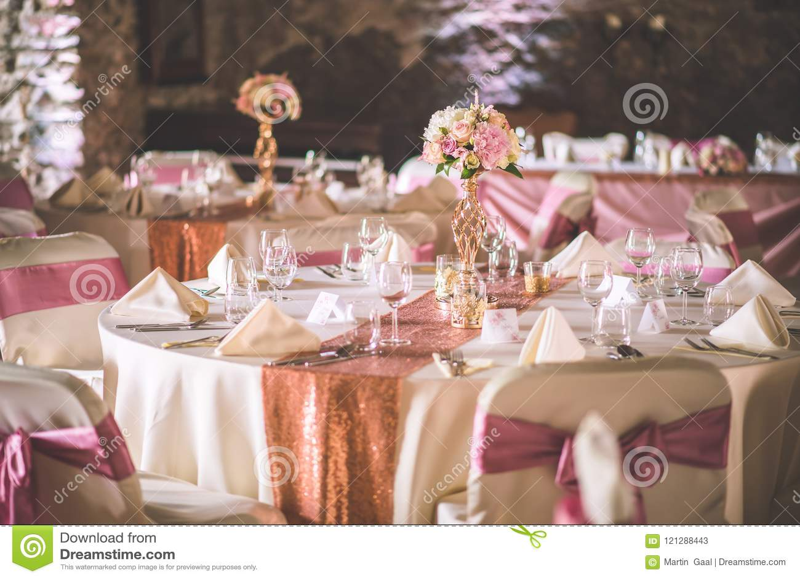 Huwelijkslijst met exclusieve bloemendieregeling op ontvangst, huwelijks of gebeurtenisbelangrijkst voorwerp in roze gouden kleur