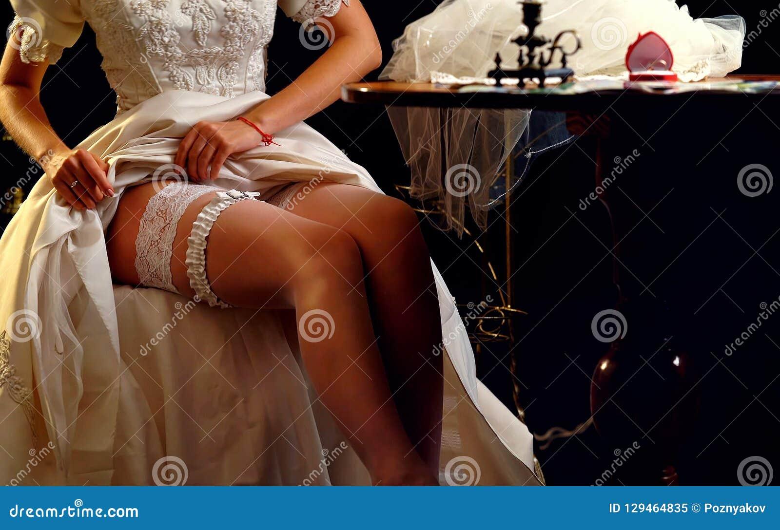 Huwelijksnacht die kouseband voorbereiden Bruid het ontkleden