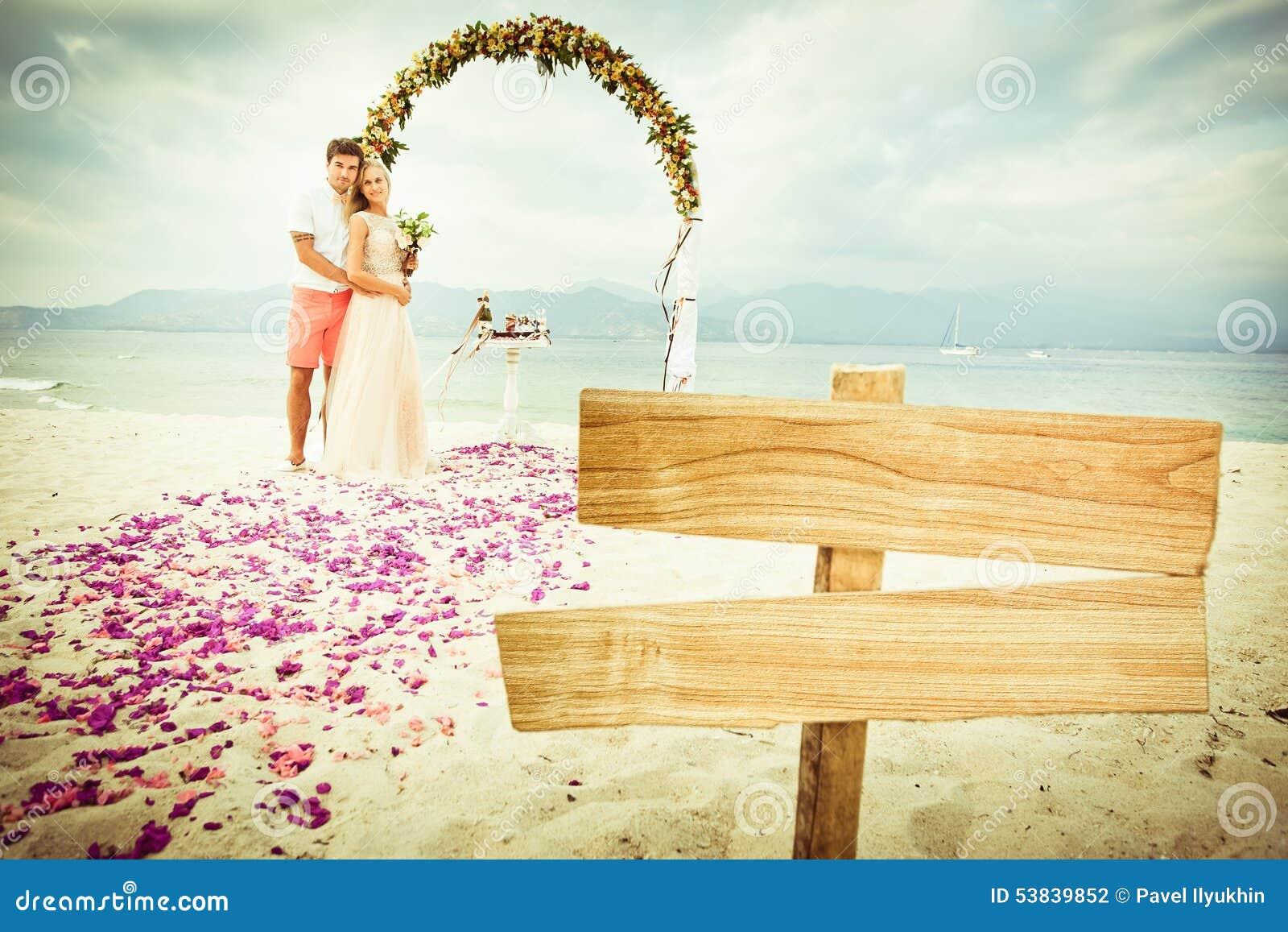 Huwelijkspaar bij het strand