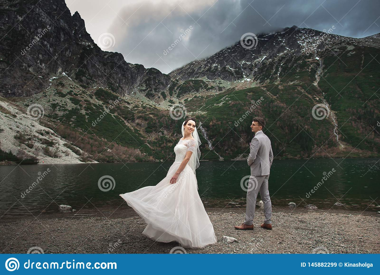 Huwelijkspaar die dichtbij het meer in Tatra-bergen in Polen lopen Morskie Oko De mooie Dag van de Zomer