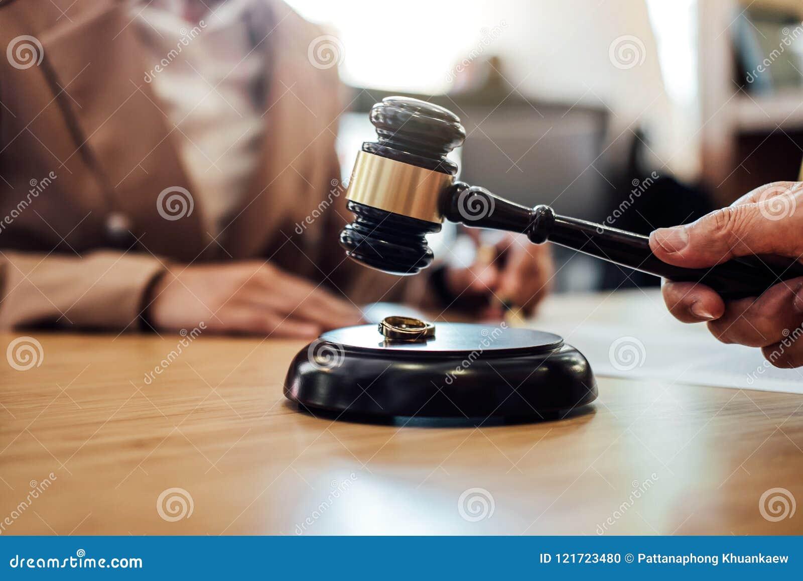 Huwelijksscheiding op Rechtershamer die, Overleg tussen a beslissen
