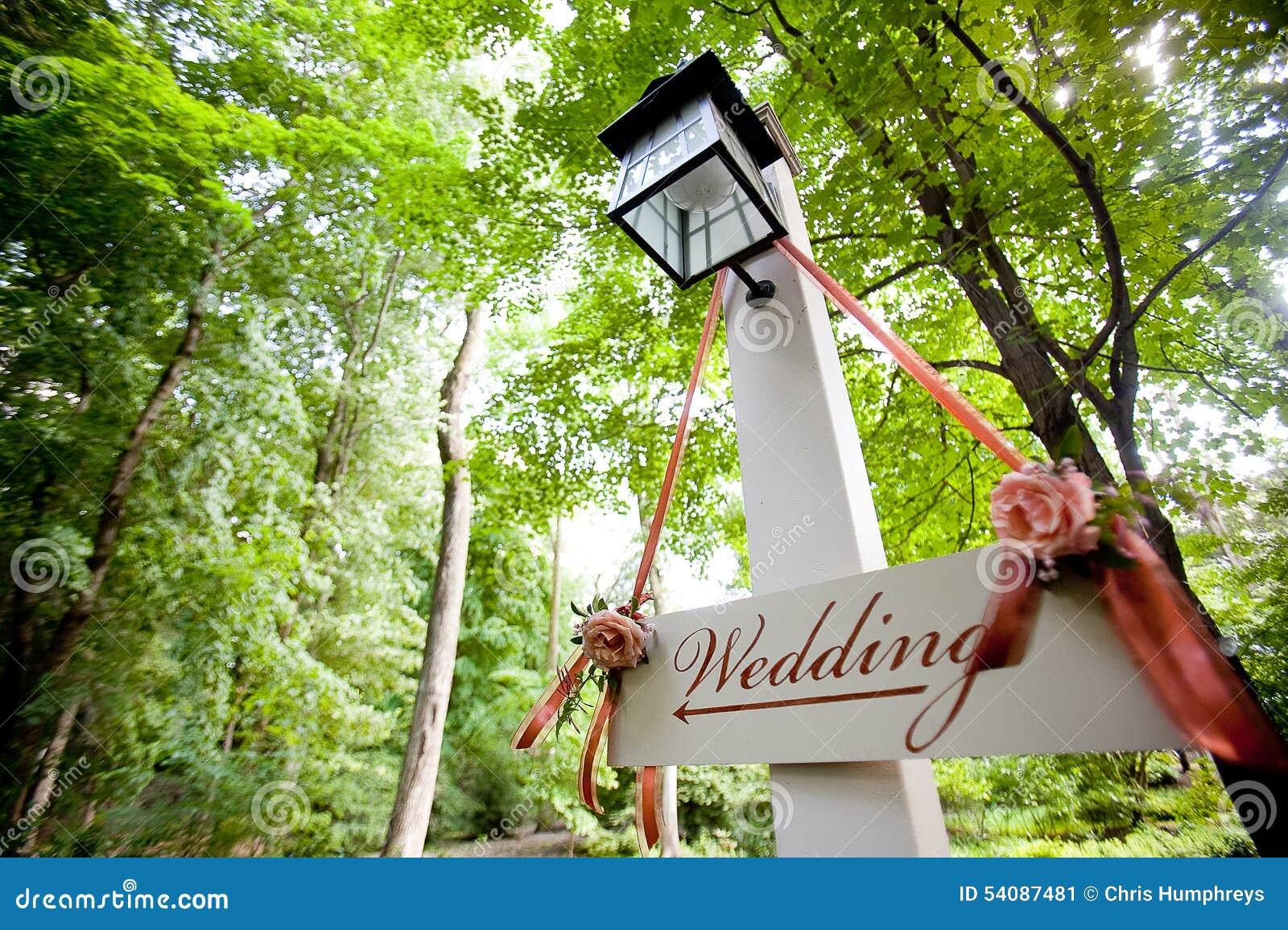 Huwelijksteken die naar ceremonie richten