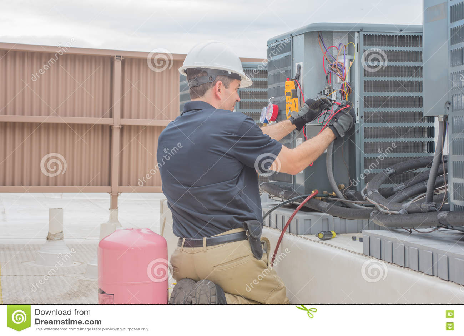 Hvac-Tech som kontrollerar kondensatorn