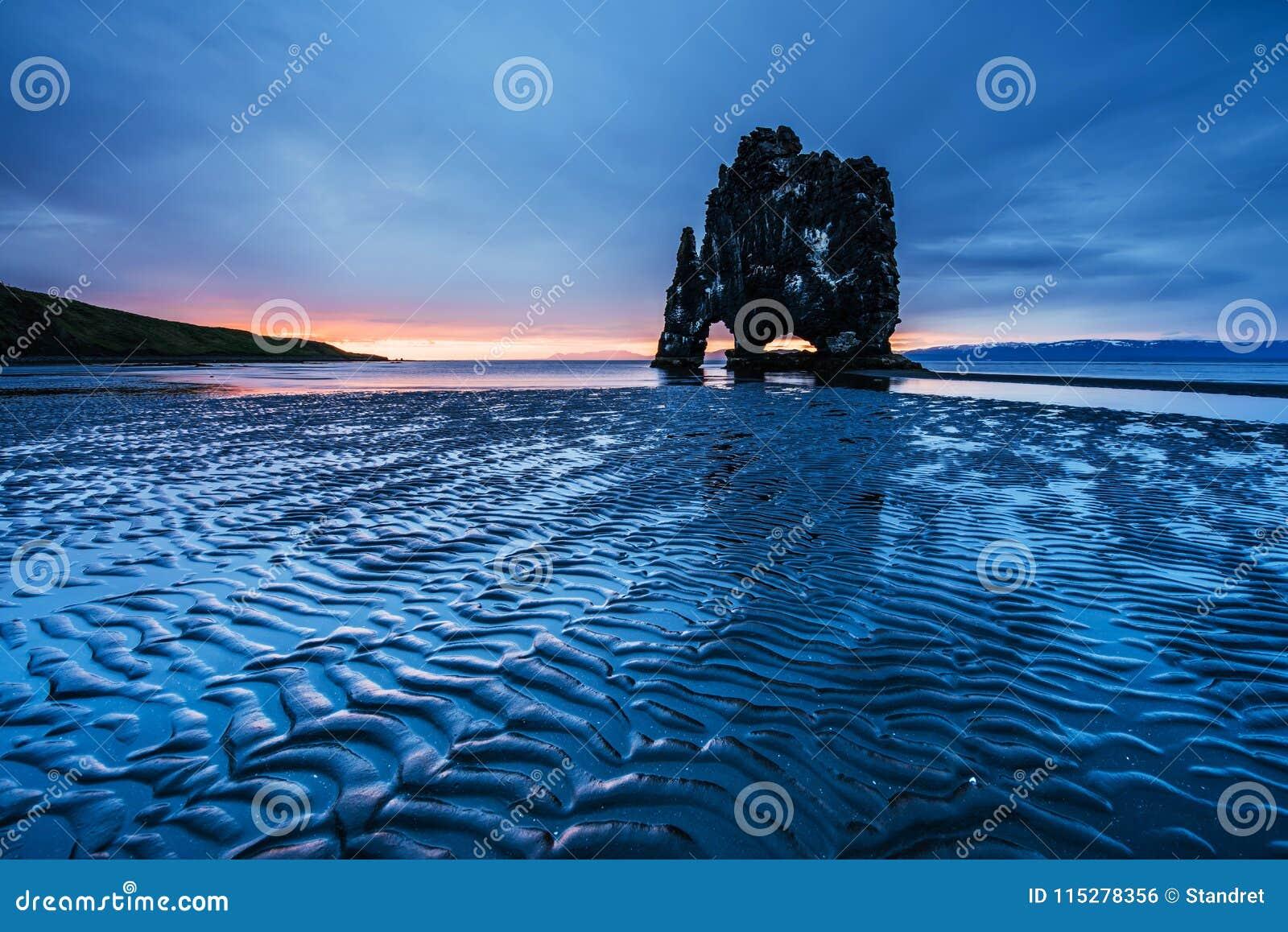 Hvitserkur 15 m高度 是一个壮观的岩石在冰岛的北海岸的海 在这张照片Hvitserkur