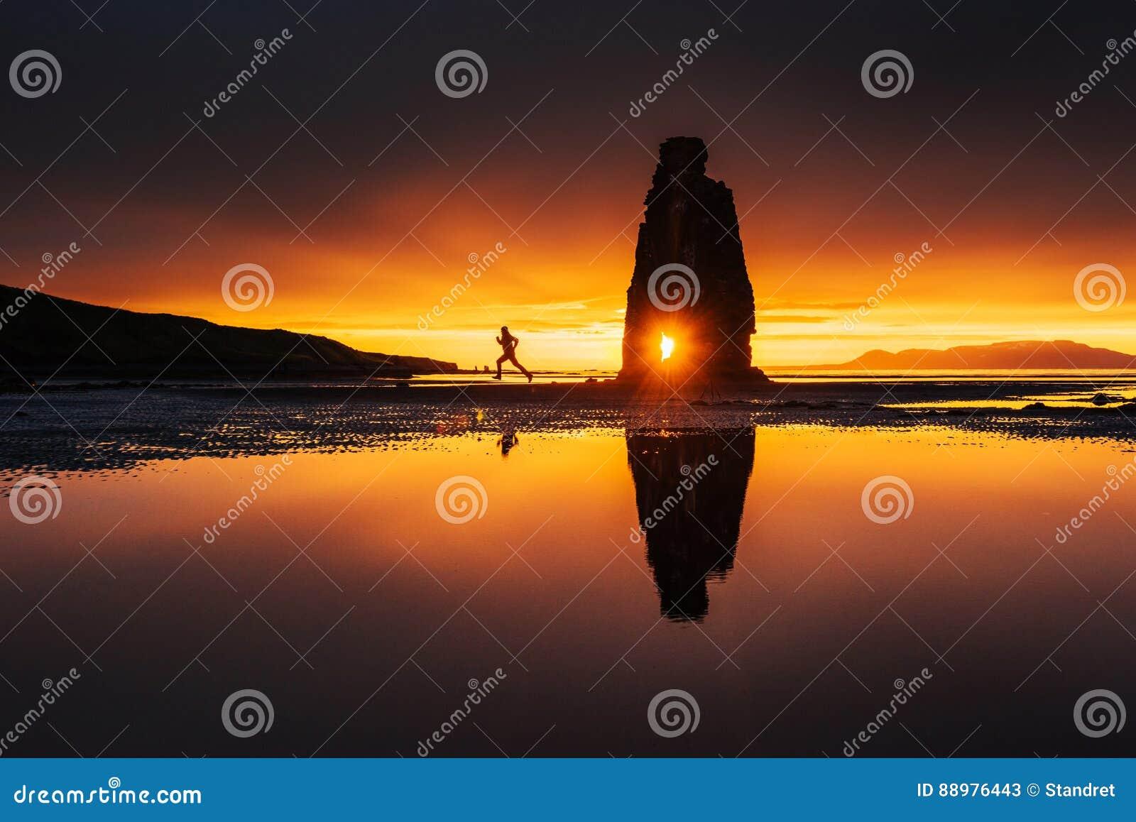 Hvitserkur 15 m高度 是一个壮观的岩石在冰岛的北海岸的海 这张照片在水中反射在船尾