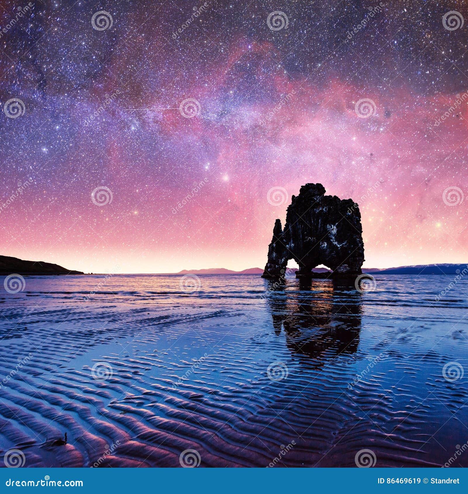 Hvitserkur un altezza di 15 m. Cielo stellato fantastico e la Via Lattea o